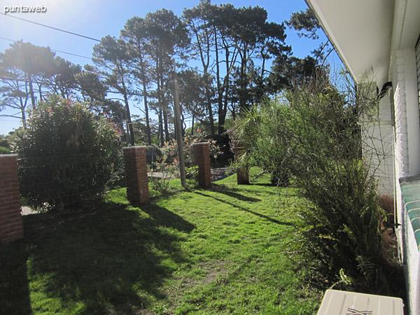 Vista hacia jardín del lateral oeste desde la ventana del segundo dormitorio.