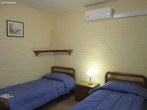 Tercer dormitorio. Ubicado sobre el lateral oeste de la casa.<br><br>Acondicionado con dos camas individuales y aire acondicionador.