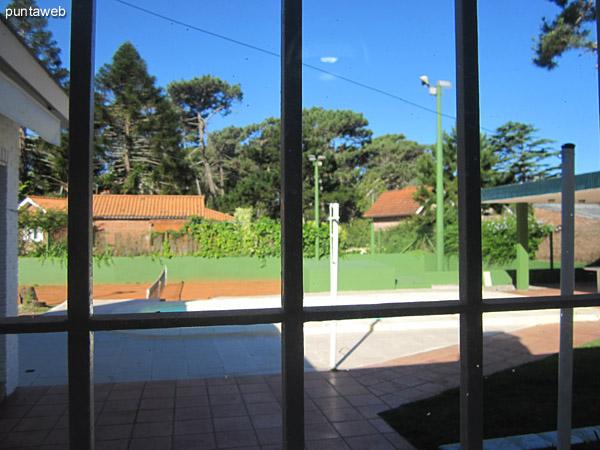 Vista desde el interior de la cocina junto al anafe hacia la puerta de acceso a la cocina desde el patio de la casa.