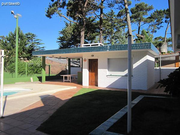 Vista desde la cocina hacia el patio de la casa sobre el lateral este. <br><br>Al fondo de la imagen, la pileta al aire libre y la cancha de tenis.