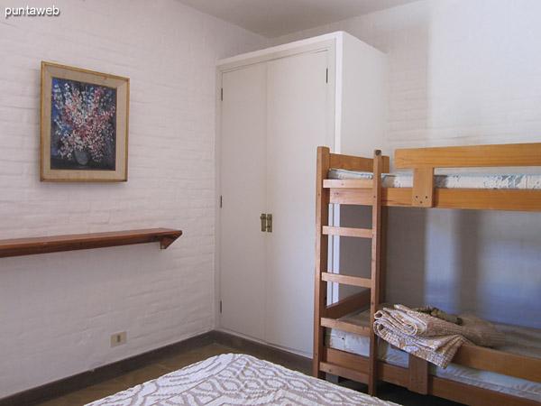 Dormitorio de servicio. Ubicado al fondo del precio sobre el lateral sur.<br><br>Cuenta con baño en suite y está acondicionado con cama matrimonial y una cama cucheta.