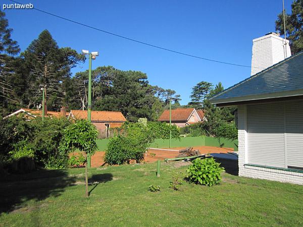 Vista del lateral sur de la casa donde se encuentra el garage.