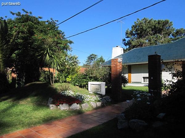 Vista del jardín al frente de la casa hacia el este.<br><br>Al fondo la cancha de tenis.