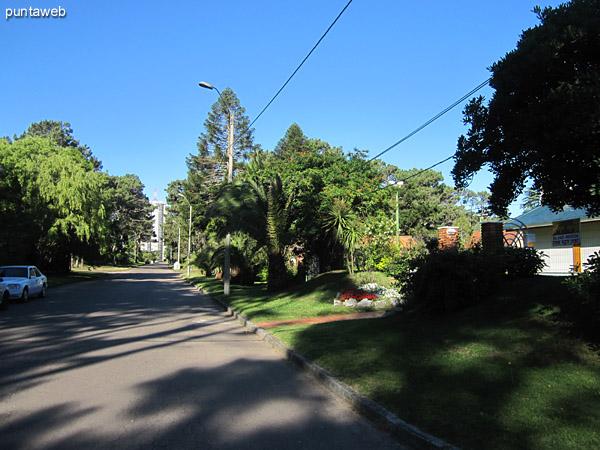 Entorno de la casa desde el cruce de calles.