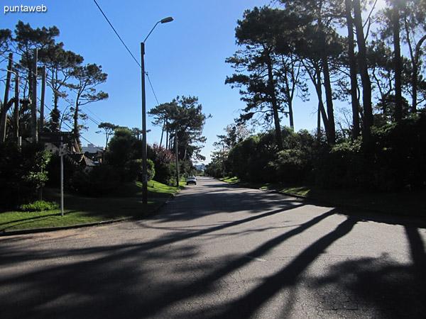 Entorno de la casa desde el cruce de calles. Vista hacia  la Av. Roosevelt al este.