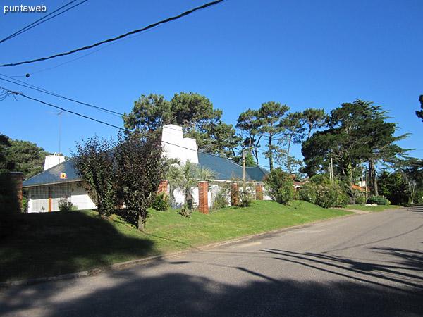 Entorno de la casa desde el cruce de calles. Vista hacia el norte.