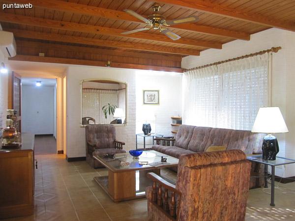 Vista general del ambiente de estar.<br><br>Al fondo el pasillo hacia el toilette, el dormitorio principal en suite, segundo y tercer dormitorio y un baño.<br><br>Equipado con aire acondicionador.