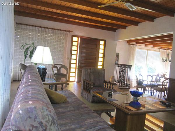 Vista general del ambiente de estar.<br><br>Al fondo el pasillo hacia el toilette, el dormitorio principal en suite, segundo y tercer dormitorio y un ba�o.