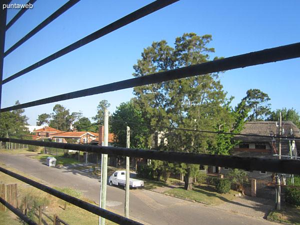 Vista hacia el frente de la casa desde la ventana del segundo dormitorio.