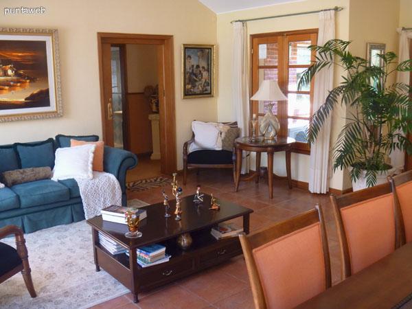 Suite amplia, luminosa, vistas a jardín y piscina.