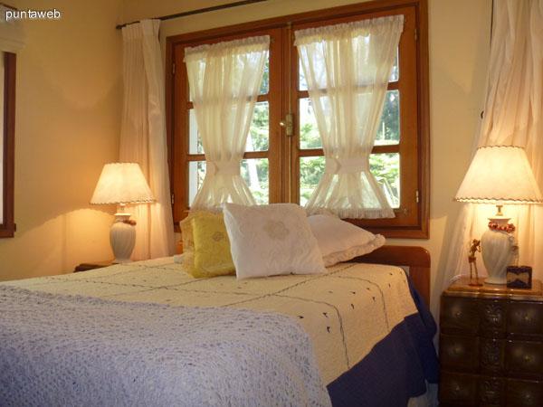 Segundo dormitorio amplio y luminoso equipado con cama de 2 plazas.