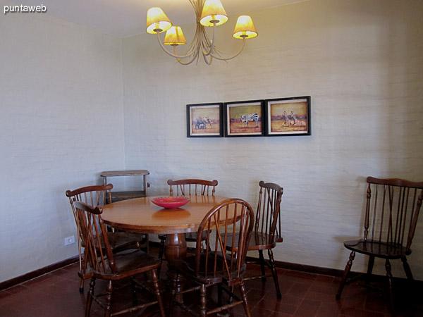 Espacio de comedor diario ubicado al ingreso al living comedor.<br><br>Acondicionado con mesa redonda en madera con seis sillas.<br><br>A la izquierda de la imagen la puerta de la cocina.