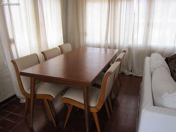 Espacio del comedor diario desde la puerta de la cocina.<br><br>Al fondo el espacio de lectura acondicionado con dos sillones en juego con el resto de los sillones del ambiente.