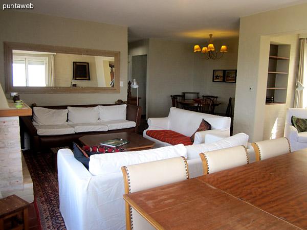 Detalle del espacio de comedor sobre el lateral este del ambiente. <br><br>Al fondo de la imagen a la izquierda, pequeño escritorio.