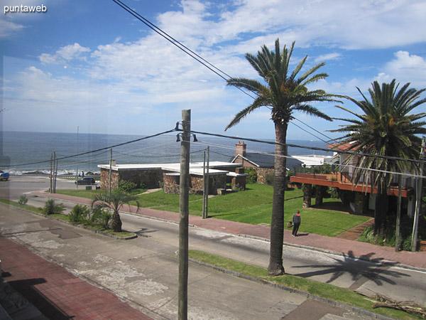 Fachada del edificio orientada al sureste en entorno de la zona del faro de Punta del Este con edificaciones bajas y entorno apacible.