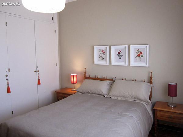 Vista general del dormitorio principal con baño en suite.<br><br>Acondicionado con cama matrimonial.<br><br>La ventana ofrece vista hacia el contrafrente (norte). Muy luminoso.