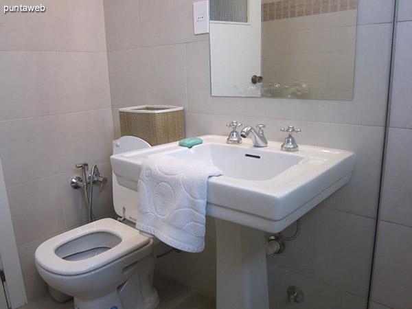 Detalle del baño del dormitorio principal en suite. <br><br>Reciclado en setiembre de 2014 está acondicionado con ducha con mampara.
