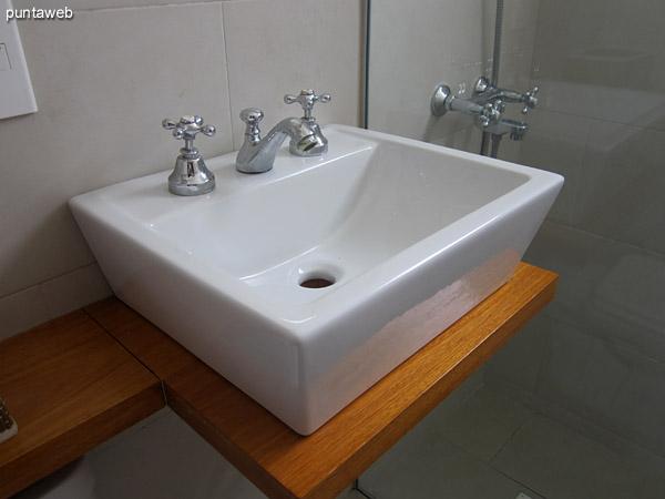 Segundo baño. Compartido y ubicado entre el segundo y el tercer dormitorio.<br><br>Reciclado en setiembre de 2014 está acondicionado con ducha y mampara.