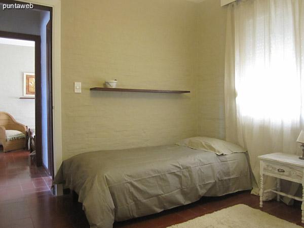 Tercer dormitorio. Acondicionado con dos camas y amplio placard de pared a pared y del piso al techo.<br><br>La ventana brinda vistas al norte sobre el predio vecino sin edificar.