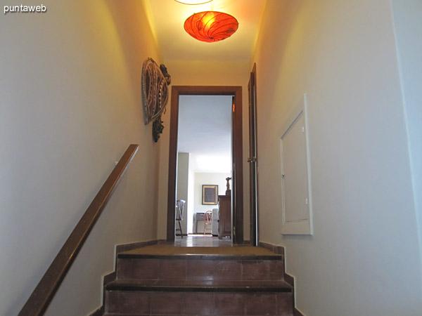 Vista general de la cocina. Ubicada sobre el frente del apartamento, está acondicionada con muebles bajo y sobre mesada y equipada con cocina a gas, campana extractora, doble bacha, heladera grande, horno microondas, licuadora, etc.