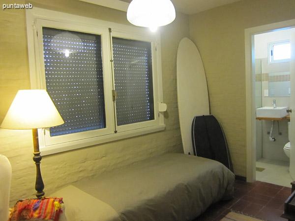 Acceso al apartamento en primer piso por escalera exclusiva en L desde nivel de calle.<br><br>Antes de ingresar al apartamento se sitúa, a la derecha, el acceso al cuarto de servicio con baño.