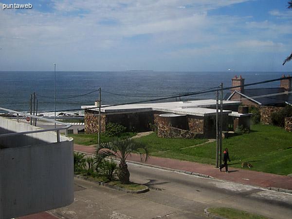 Vista desde una de las ventanas frontales del living comedor hacia el sur. Al fondo el faro de Punta del Este.