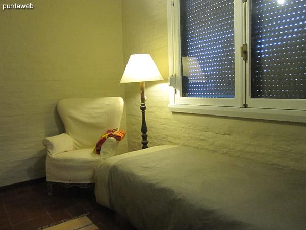 Cuarto de servicio con baño en suite. Situado antes del ingreso al apartamento, también en primera planta, con ventana al frente del edificio.