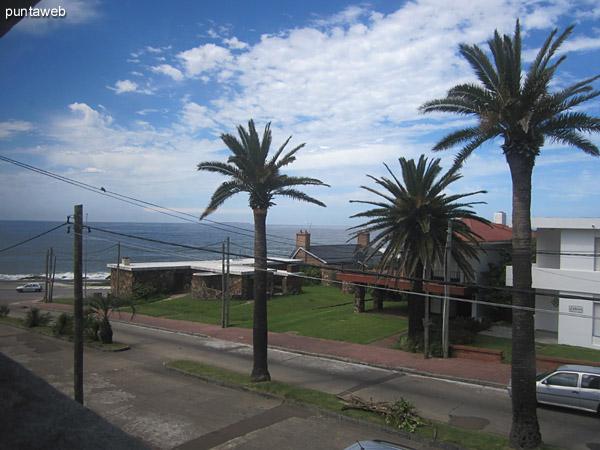 Vista desde la ventana lateral del living comedor hacia el sureste sobre el océano Atlántico a la altura de la playa De Los Ingleses.