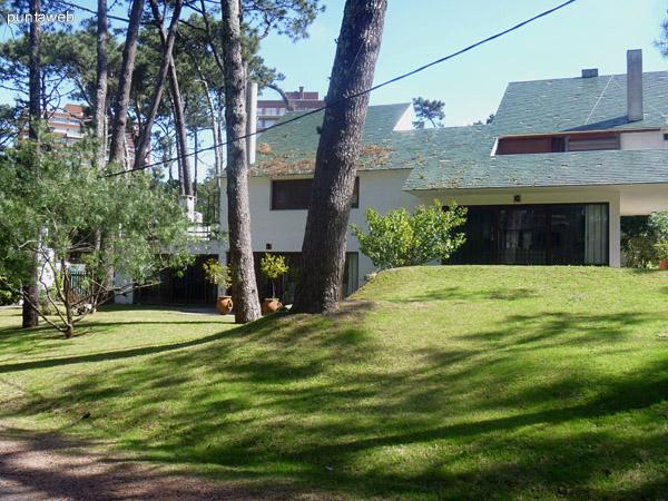 Tradicional barrio de excelentes construcciones con ondulados y verdes jardines.