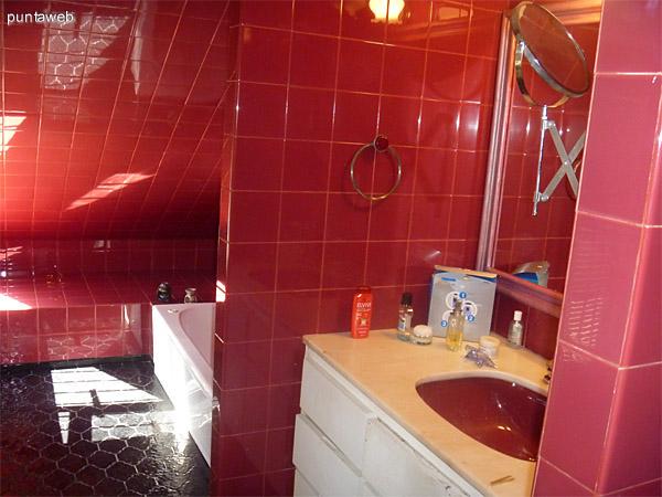 Baño en suite del dormitorio principal.