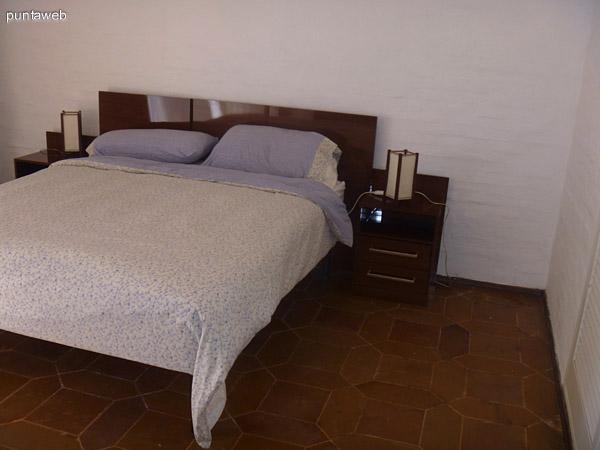Cuatro Dormitorios en Planta baja con una cama doble y dos simples cada uno.<br> Todos con baño completo.