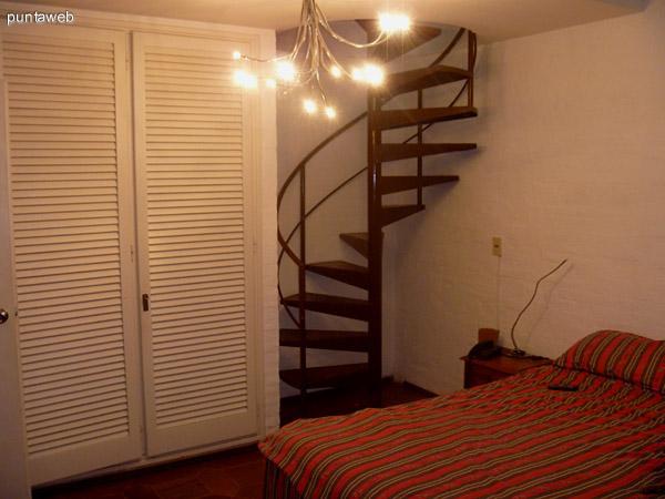 Todos los dormitorios con importantes placares. Los dormitorios con cama doble cuentan con una escalera caracol hacia el altillo.