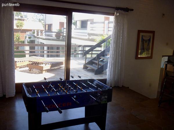 Vista hacia la terraza del Playroom.