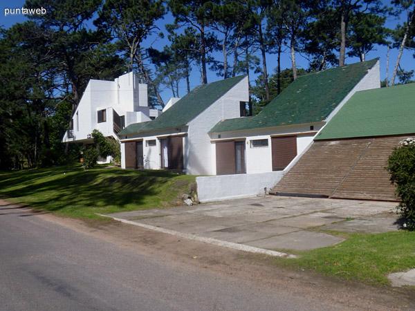 Vista lateral de la propiedad.