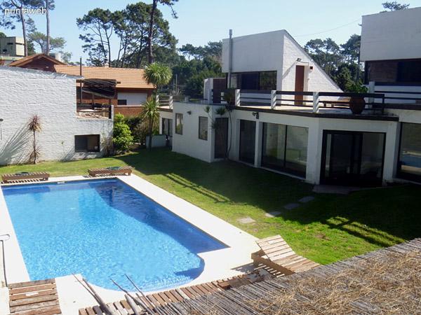 Piscina y jardín de la propiedad. Área conectada con todos los ambientes de la casa.