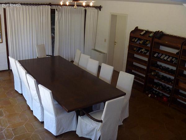 Comedor con importante mesa y sillas de madera maciza.