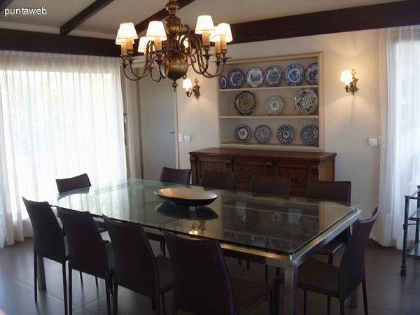 La mesa del comedor se encuentra próxima a la puerta de la cocina.