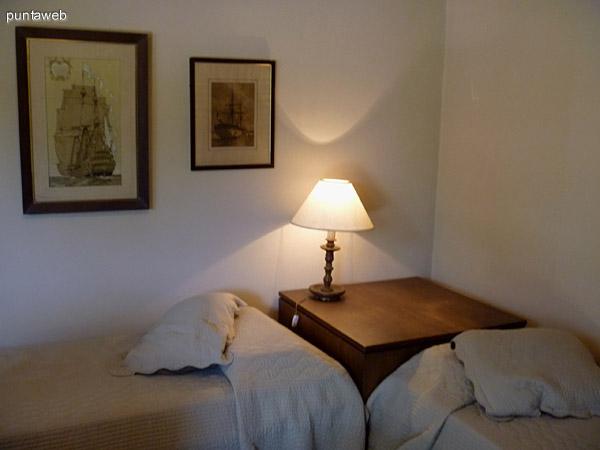 Dormitorio en suite con una cama de dos plazas.