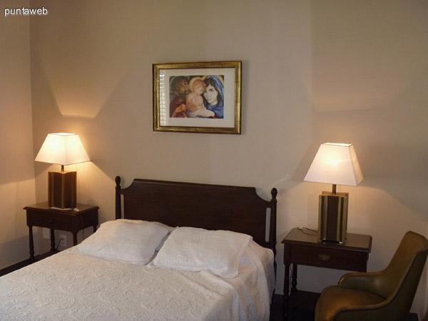 Dos dormitorios con aire acondicionado frío calor. TV cable en la habitación. Generosos armaios en todas ellas.