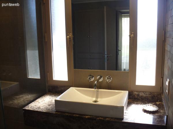 Baños hechos a nuevo, con muy buen gusto y materiales de primera calidad.