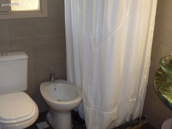 Baños completos en todas las habitaciones.