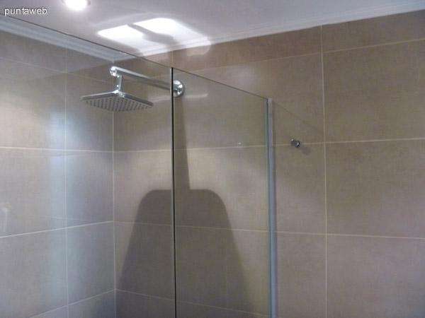 Toilette con ducha para los invitados que disfrutaron de la piscina y de la playa.