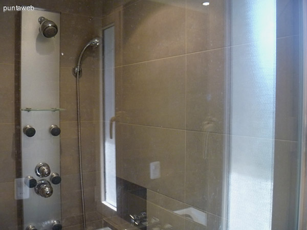 Ducha escosesa en el baño de la suite principal.