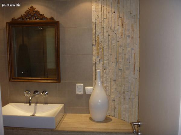 Amplio toilette social con ducha.