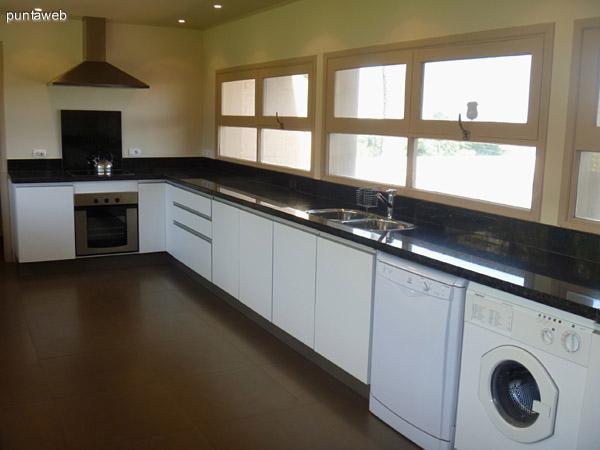 Moderna, amplia y luminosa cocina.