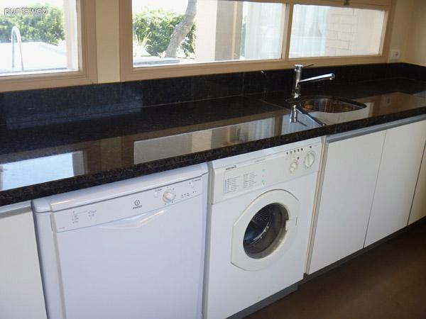 Lavavajillas y lavarropas. Pileta de lavado.