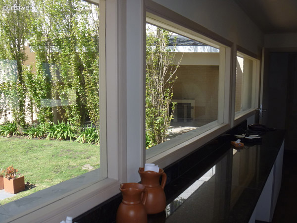 Vista desde la cocina hacia el jardín.