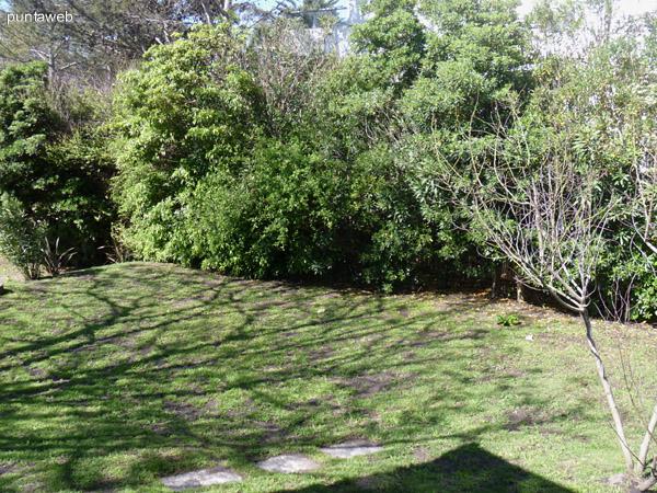 Vista dede el jardín hacia la zona del parrillero.