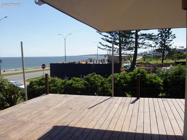 Piscina con borde infinito en el frente de la casa con vista hacia el mar.