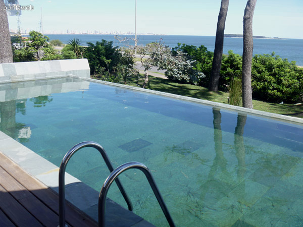 Detalle de la piscina. Vista hacia la península.